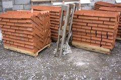 Ziegelstein des roten Lehms, stehend in den Stapeln Lizenzfreie Stockbilder