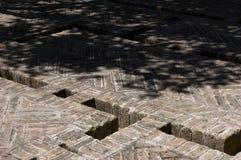 Ziegelstein-erbauter Boden mit System der Wasserleitungen. Lizenzfreie Stockfotos