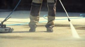 Ziegelstein-Fahrstraßen-Reinigung durch Berufsreiniger stock video footage
