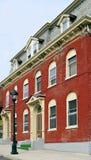 Ziegelstein-Gebäude mit grünen Treppen Lizenzfreie Stockfotos