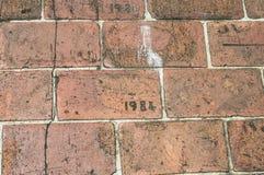 Ziegelstein-Gehweg geätzt mit Jahr 1981 Stockfotografie