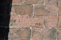 Ziegelstein-Gehweg geätzt mit Jahr 1981 Lizenzfreie Stockbilder