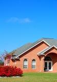 Ziegelstein-Haus mit der Landschaftsgestaltung Lizenzfreie Stockfotos