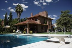 Ziegelstein-Haus und Pool stockfoto
