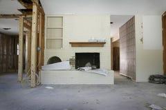 Ziegelstein-Kamin im Haus unter Erneuerung stockfoto