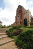 Ziegelstein-Kirche auf einem Hügel Lizenzfreie Stockfotografie