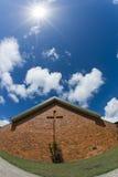 Ziegelstein-Kirche mit hellem Sonnenschein oben Lizenzfreies Stockfoto