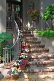 Ziegelstein-Treppenhaus zur Tür Stockbild