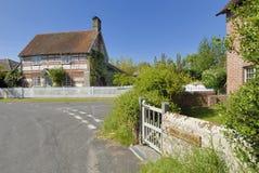 Ziegelstein- und Bauholzhäuschen, Britford, Wiltshire Stockfotografie