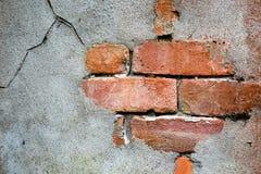 Ziegelstein- und Zementwand mit Sprüngen als Hintergrund Lizenzfreie Stockfotos