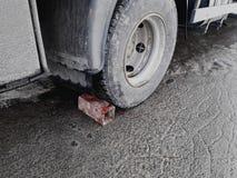 Ziegelstein unter Autoradparken auf Schweinefutterweise Schlechte Bremsen auf dem LKW stockfoto