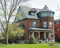 Ziegelstein-viktorianisches Haus im Frühjahr Lizenzfreie Stockfotos