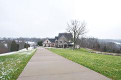 Ziegelstein-Villa auf 10 Morgen Ackerland Lizenzfreies Stockbild