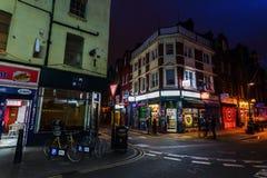 Ziegelstein-Weg im London-Bezirk Shoreditch nachts stockfotos