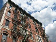 Ziegelstein-Wohngebäude gegen Himmel Stockfotografie