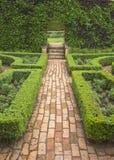 Ziegelsteinbahn im formalen Garten Lizenzfreies Stockfoto