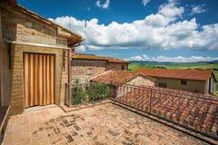 Ziegelsteinbalkon am alten Haus in Toskana lizenzfreies stockfoto