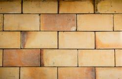 Ziegelsteinblockwand des gelben Brauns Stockbilder