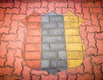 Ziegelsteinboden mit Schildmuster in 3 Farben, in Rot, in Grau und in Gelb stockbild