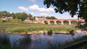 Ziegelsteinbrücke über dem Fluss Venta in der Stadt von Kuldiga stock video footage