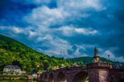 Ziegelsteinbrücke und dunkle Wolken Stockfotos