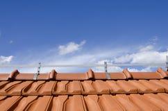 Ziegelsteindach und blauer Himmel Stockfotografie