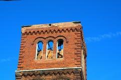 Ziegelsteindrehkopf gegen blaue Himmel Stockfotos