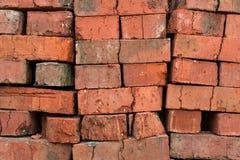 Ziegelsteine des roten Lehms des Stapels Stockfotos