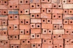 Ziegelsteine des roten Lehms für Bau Stockfotografie