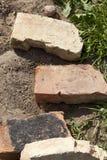 Ziegelsteine, die draußen legen Lizenzfreie Stockfotos