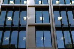 Ziegelsteine, die draußen legen lizenzfreie stockfotografie