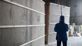 Ziegelsteine, die draußen legen Arbeitskräfte, die das Teil der Wand vor dem Fallen schützen stock footage