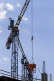 Ziegelsteine, die draußen legen Teil des Turmkrans gegen blauen Himmel Stockfoto