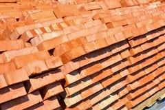 Ziegelsteine gelegt in Paletten Stockfotos
