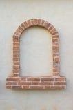 Ziegelsteinfenster als Rahmen auf Wand Stockfotos