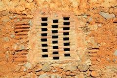 Ziegelsteinfenster in der alten Architektur der Maurerarbeitwand Stockbild
