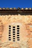 Ziegelsteinfenster in der alten Architektur der Maurerarbeitwand Lizenzfreies Stockbild
