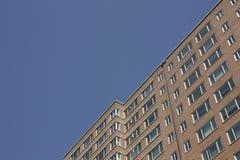 Ziegelsteingebäude mit Fenstern Lizenzfreie Stockbilder