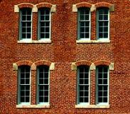 Ziegelsteingebäude mit Fenstern Stockfoto