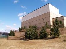 Ziegelsteingebäude und -bäume Lizenzfreie Stockbilder