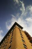 Ziegelsteingebäude von unterhalb Stockfotos