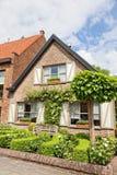 Ziegelsteinhaus in der holländischen Art stockbilder