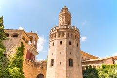 Ziegelsteinkontrollturm auf Himmelblauhintergrund Stockbild