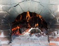 Ziegelsteinofen mit einem brüllenden Feuer lizenzfreie stockfotografie