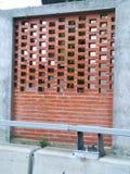 Ziegelsteinshow und Zementwand neben Straße Stockfoto