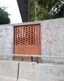 Ziegelsteinshow und Zementwand neben Straße Lizenzfreie Stockfotos
