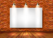 Ziegelsteinshowraum mit Scheinwerfern Lizenzfreie Stockfotografie