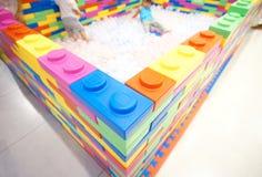 Ziegelsteinspielzeug mit Spielplatz lizenzfreies stockbild