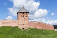 Ziegelsteinturm und Wand von Novgorod der Kreml, eine mittelalterliche Festung, g Lizenzfreies Stockbild