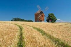 Ziegelsteinwindmühle auf einem Gebiet von Mais Lizenzfreie Stockfotografie